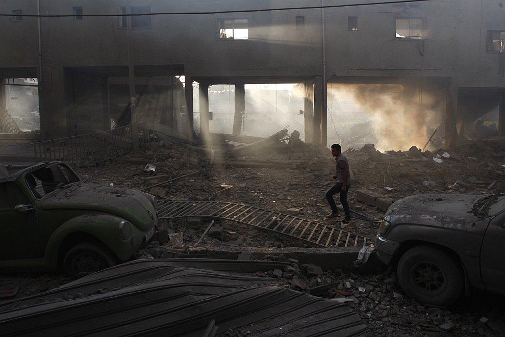 Разрушенный футбольный стадион в городе Газа