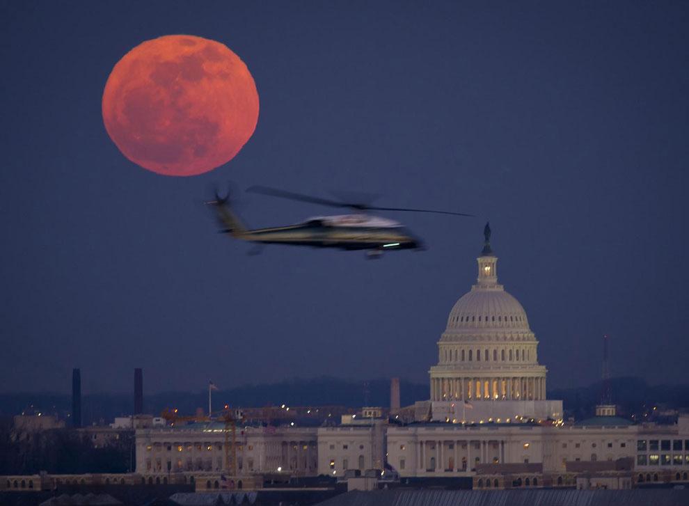 Луна и Капитолий США