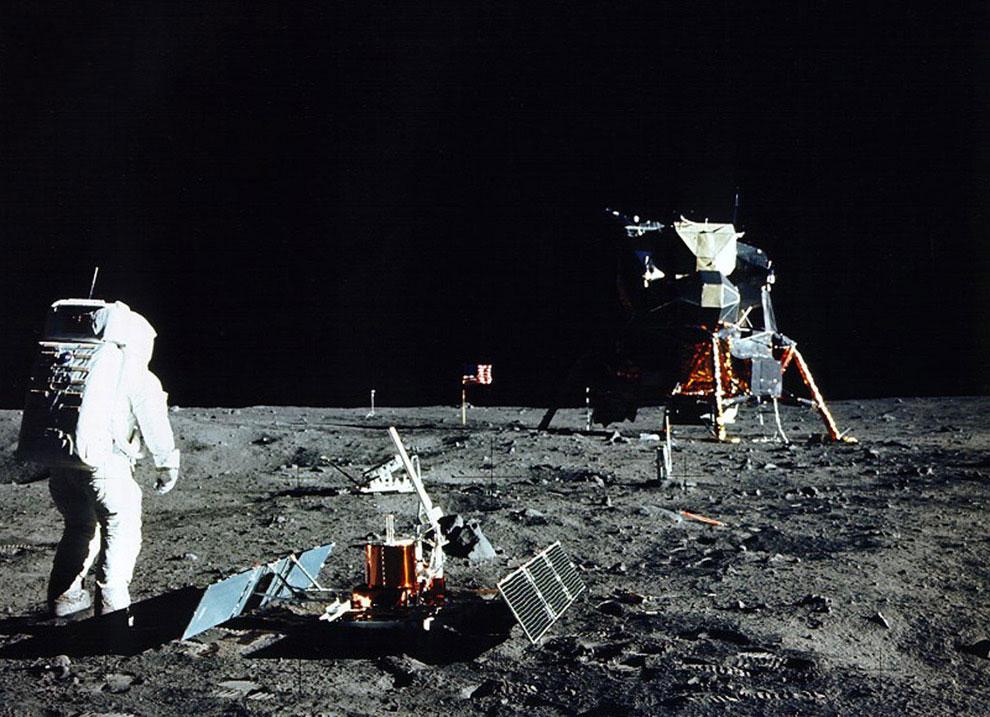 Пилот лунного модуля Эдвин Базз Олдрин устанавливает оборудование на поверхности Луны