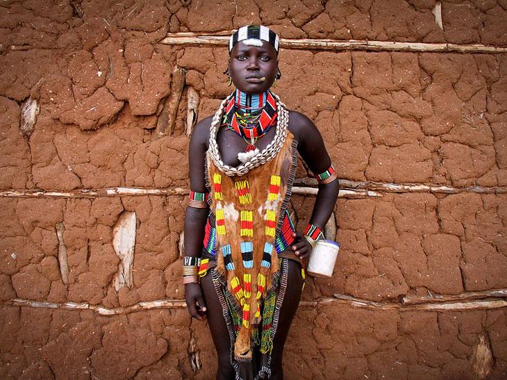 Так выглядит традиционный дресс-код для незамужних девушек племени Хамар
