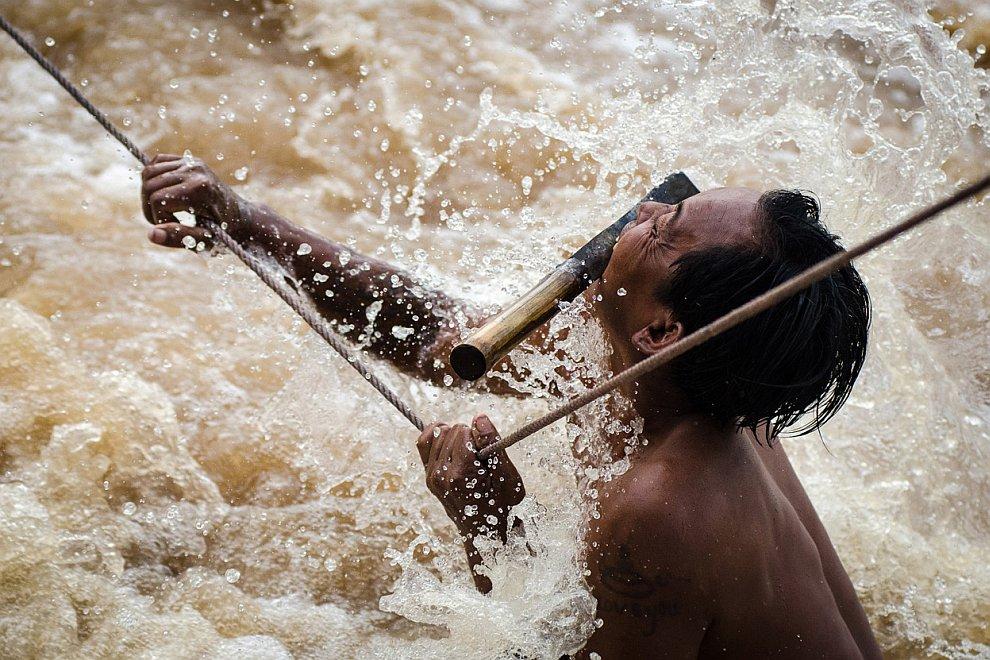 Рыбак занимается ловлей мигрирующих рыб