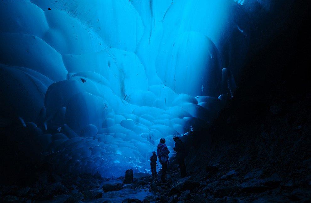 Ледниковая пещера на Аляске