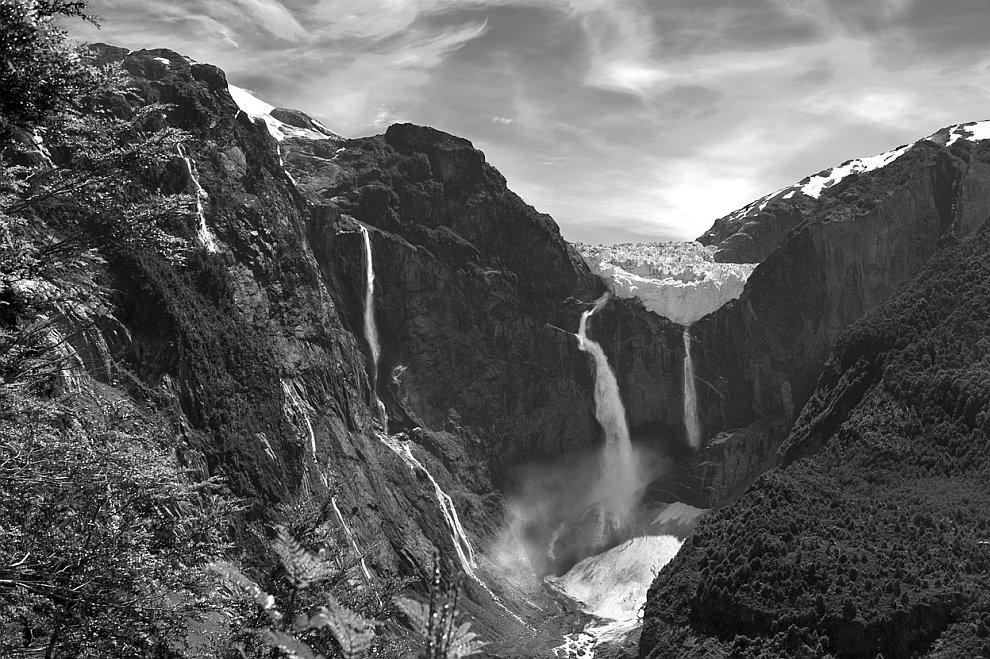 Водопад Висячего Ледника (исп. Ventisquero Colgante Cascada de)