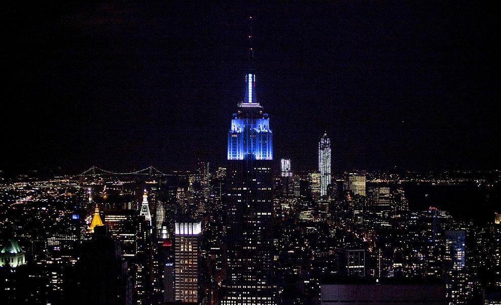 Шпиль небоскреба Эмпайр-стейт-билдинг в Нью-Йорке был барометром, отражающим результаты выборов