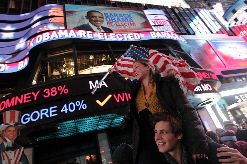Счастливые сторонники Обамы на Таймс-сквер в Нью-Йорке