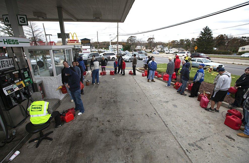 В штатах Нью-Йорк, Нью-Джерси по-прежнему наблюдается острая нехватка бензина