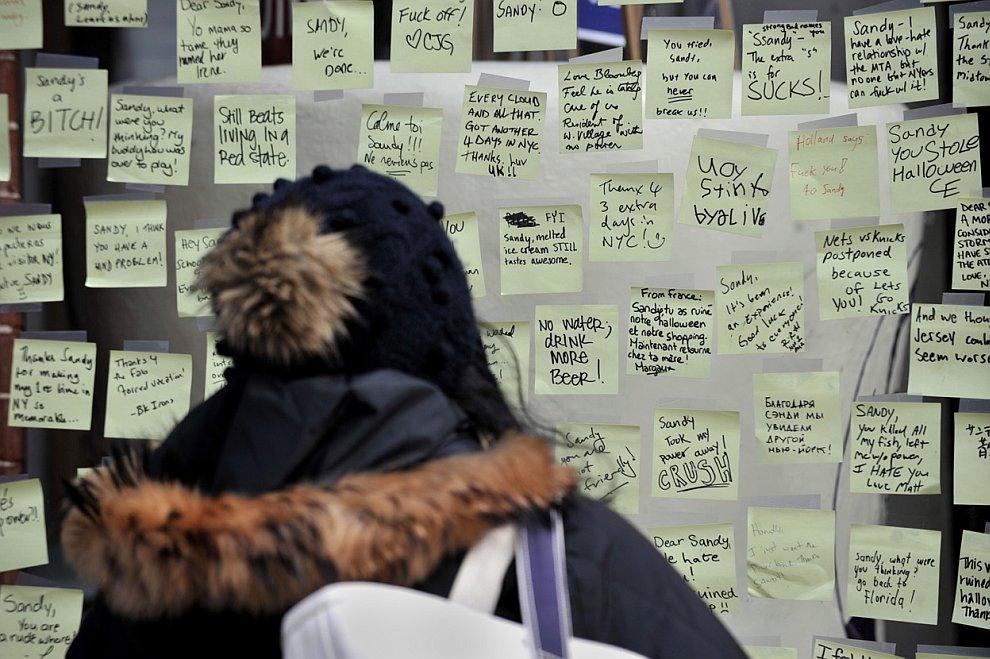 Стихийная витрина одного из магазинов с сообщениями различного содержания об урагане Сэнди
