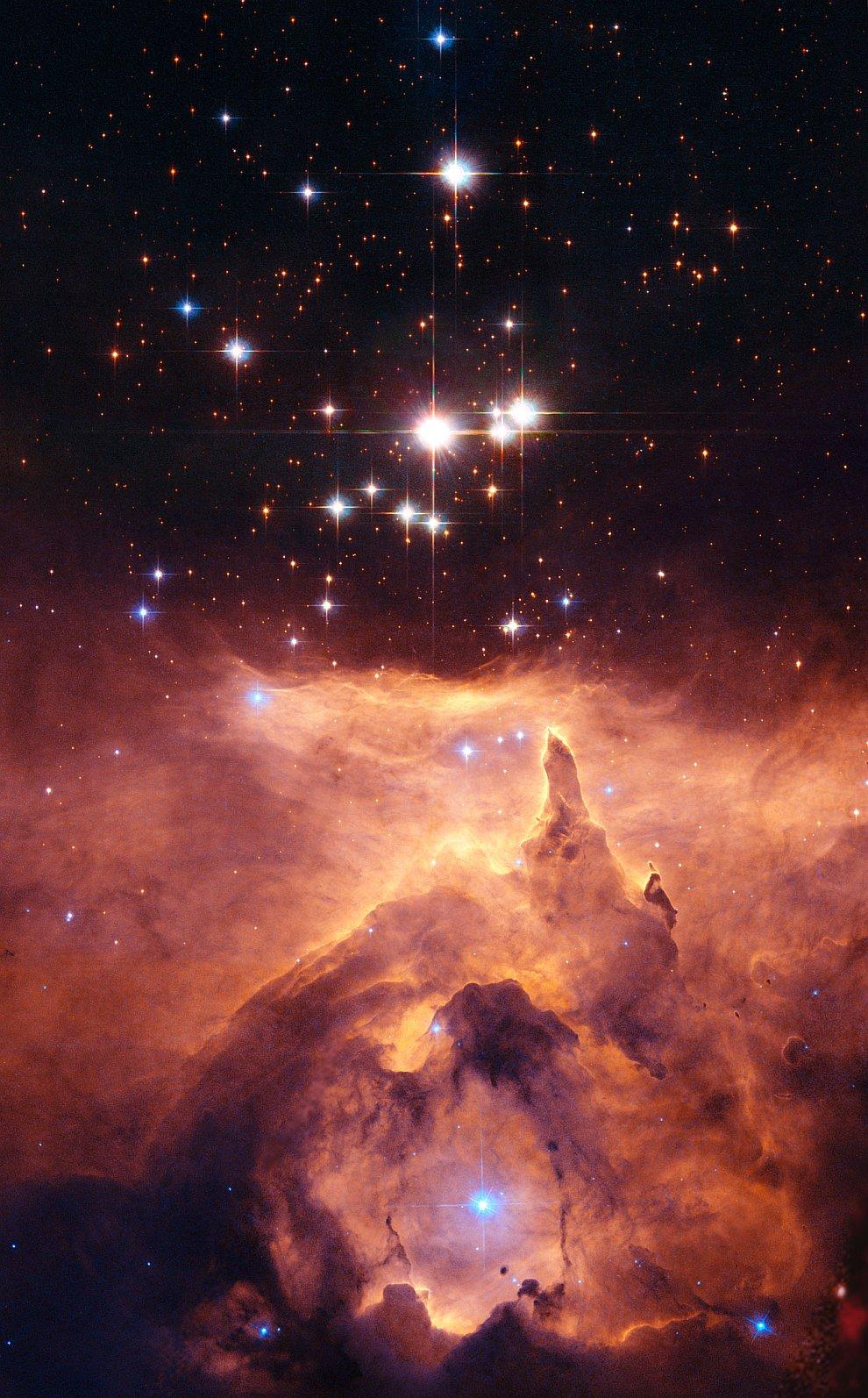 Эмиссионная туманность NGC 6357 с рассеянным скоплением в созвездии Скорпион.