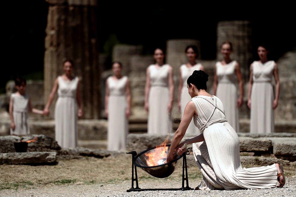 Церемония зажжения Олимпийского огня от солнечных лучей с помощью параболического зеркала
