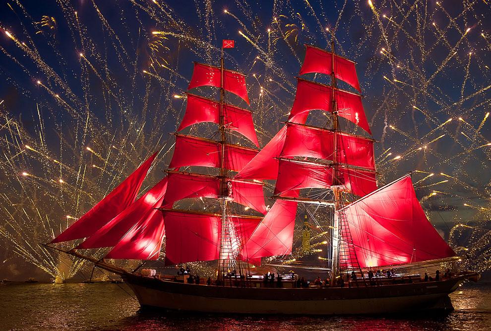 Алые паруса 2012 прошли в ночь с 23 на 24 июня в акватории Невы в Санкт-Петербурге