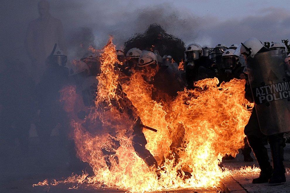 В Афинах и других городах прошли протесты против этого решения и массовые беспорядки, в которых приняли участие около 100 тысяч человек