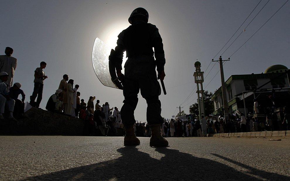 Полицейский и анти-американский митинг в Кабуле