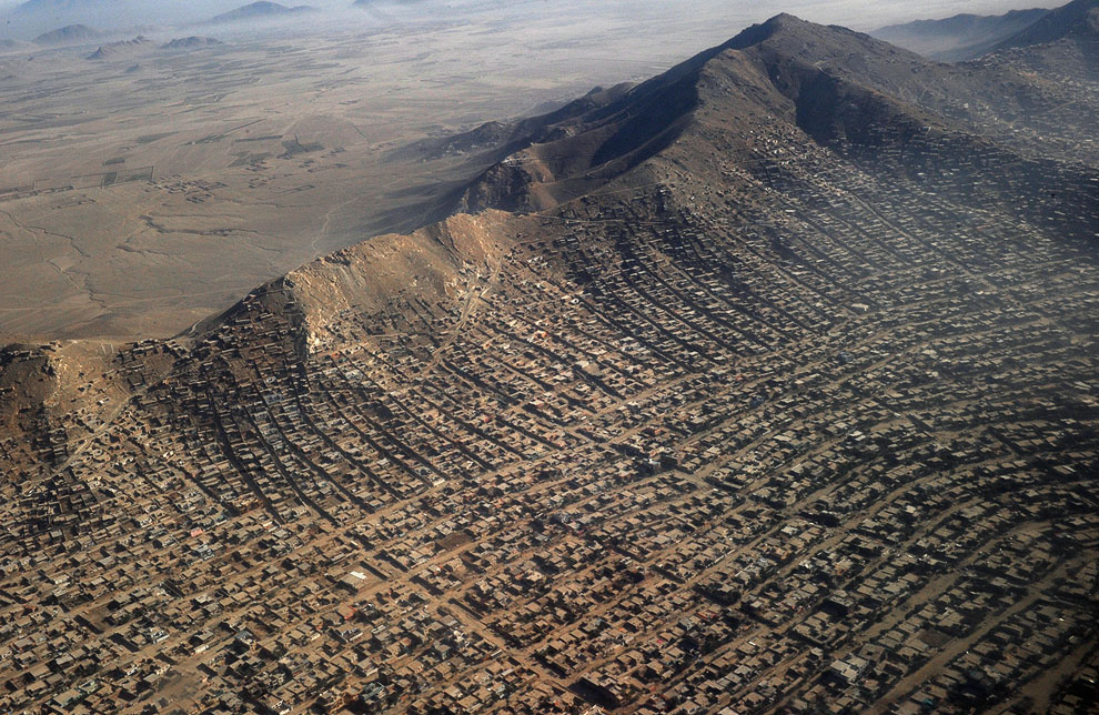 Трущобы у горы на окраине Кабула