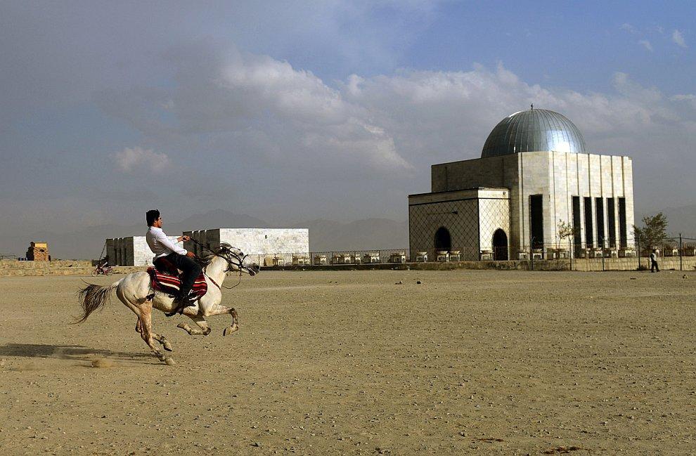 Наездник рядом с могилой Надир-хана в Кабуле