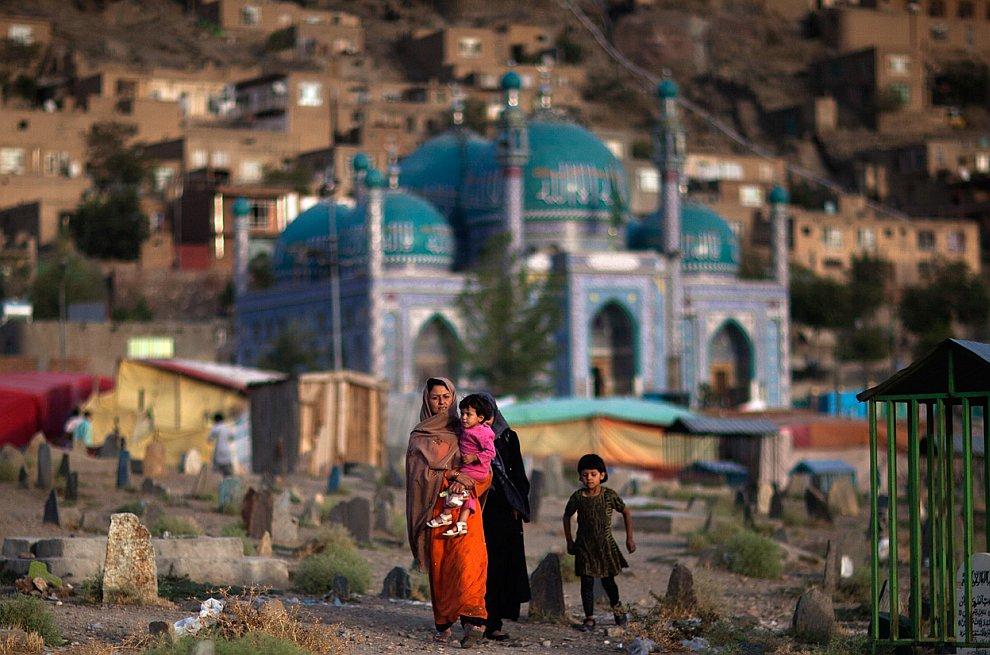 Афганская женщина на кладбище в Кабуле