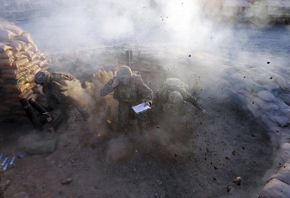 Огонь! Американские солдаты стреляют из 120-мм миномета во время учений