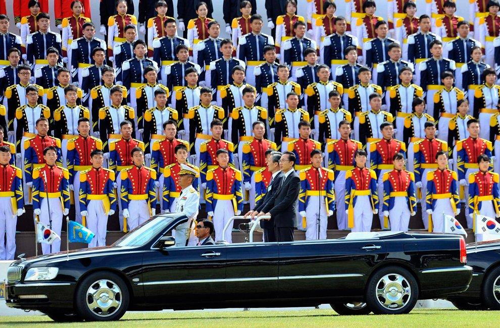 Президент Южной Кореи Ли Мен Бак (справа) и министр обороны осматривают войска