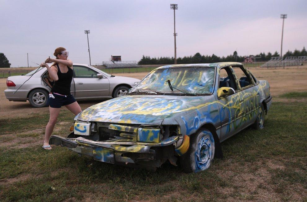 Перед ним болельщики разбивали автомобили, специально выкрашенные в цвета соперников