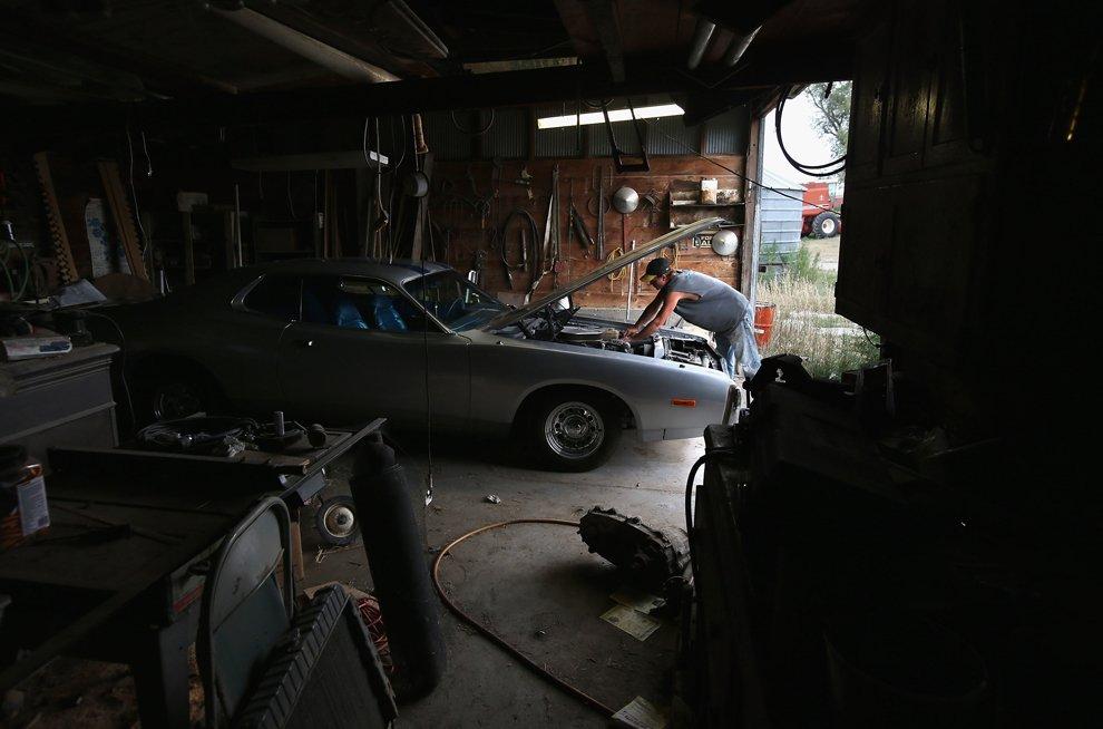 Вот владелец Dodge Charger 1973 года ремонтирует его в своем гараже, штат Канзас