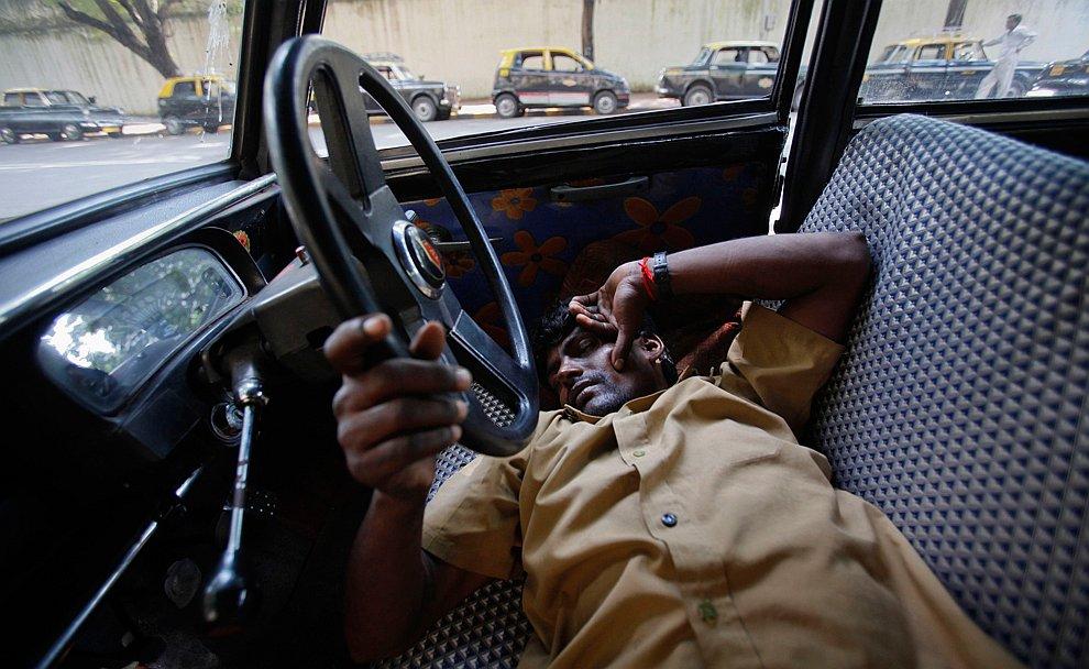 Послеобеденный сон у таксиста в  Мумбаи