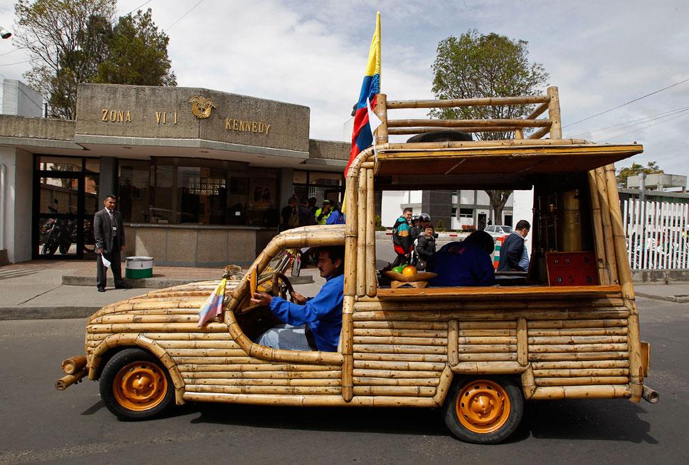 Автомобиль, сделанный почти полностью из бамбука. Богота, Колумбия