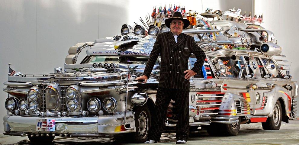 Машина имеет 8 колес, 10 мест, весит 3,4 тонны и стоит около 1 миллиона долларов США