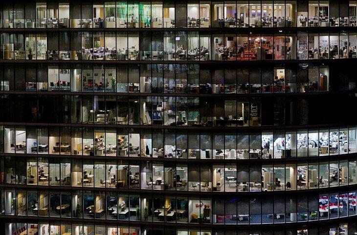 Фабрика XXI века. Эта фотография показывает суетную жизнь в большом офисном здании в Лондоне