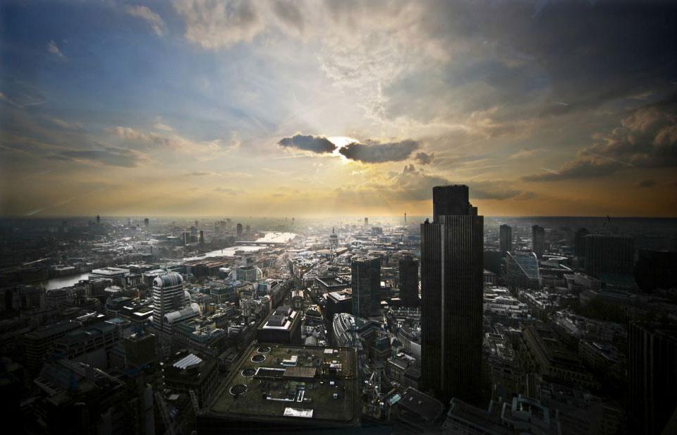 Солнце за тучами над лондонским Сити