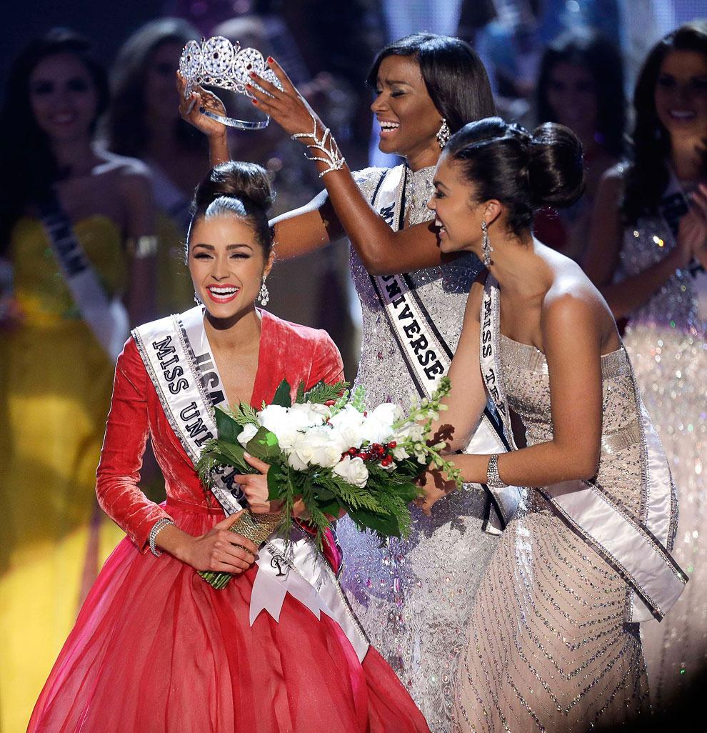 Корону королеве красоты 2012 года по традиции вручала победительница конкурса Мисс Вселенная 2011 Лейла Лопес из Анголы