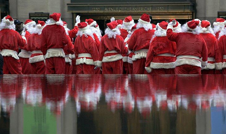 До Нового года и Рождества еще очень далеко, а Нью-Йорке уже прошел 110-й ежегодный парад Санта Клаусов