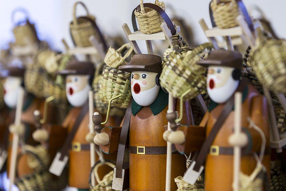 Необычные деревянные рождественские фигурки из города Зайфен