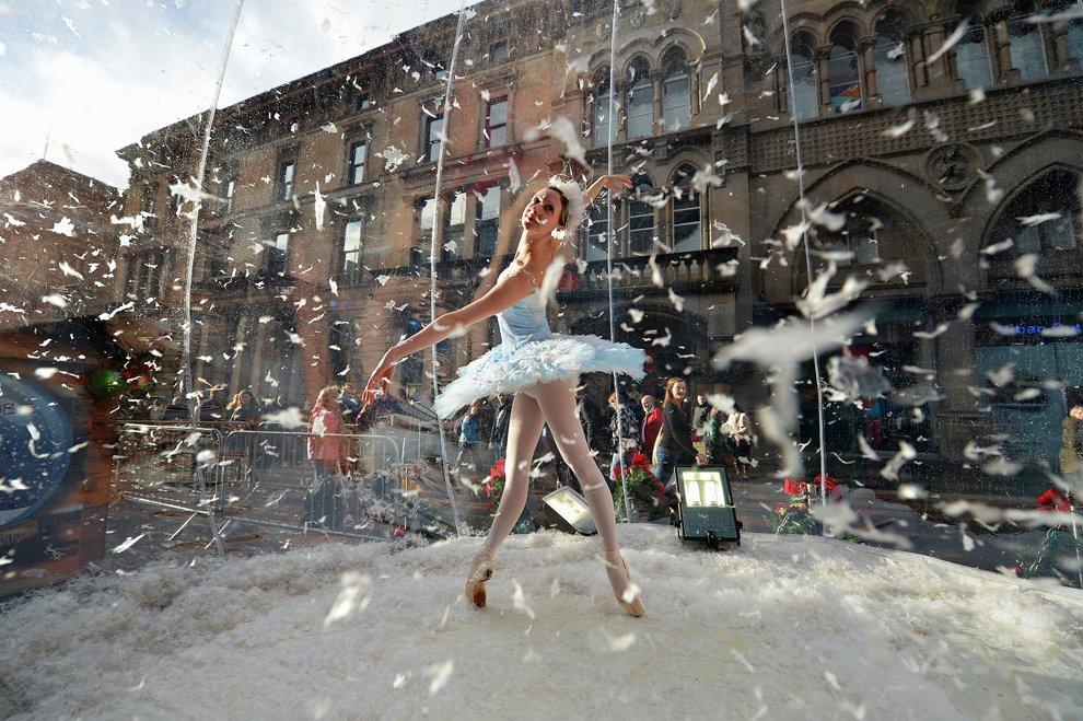 В Глазго на улицах проходят различные новогодние рекламные акции