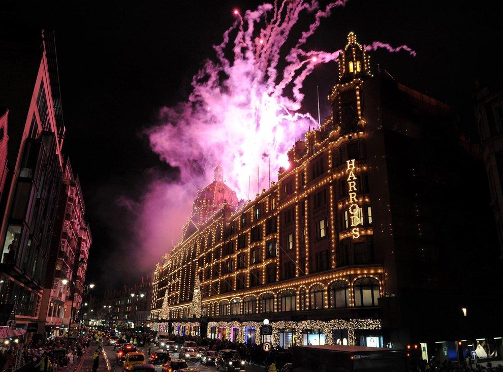 На самом роскошном универмаге Лондона зажглась новогодняя иллюминация