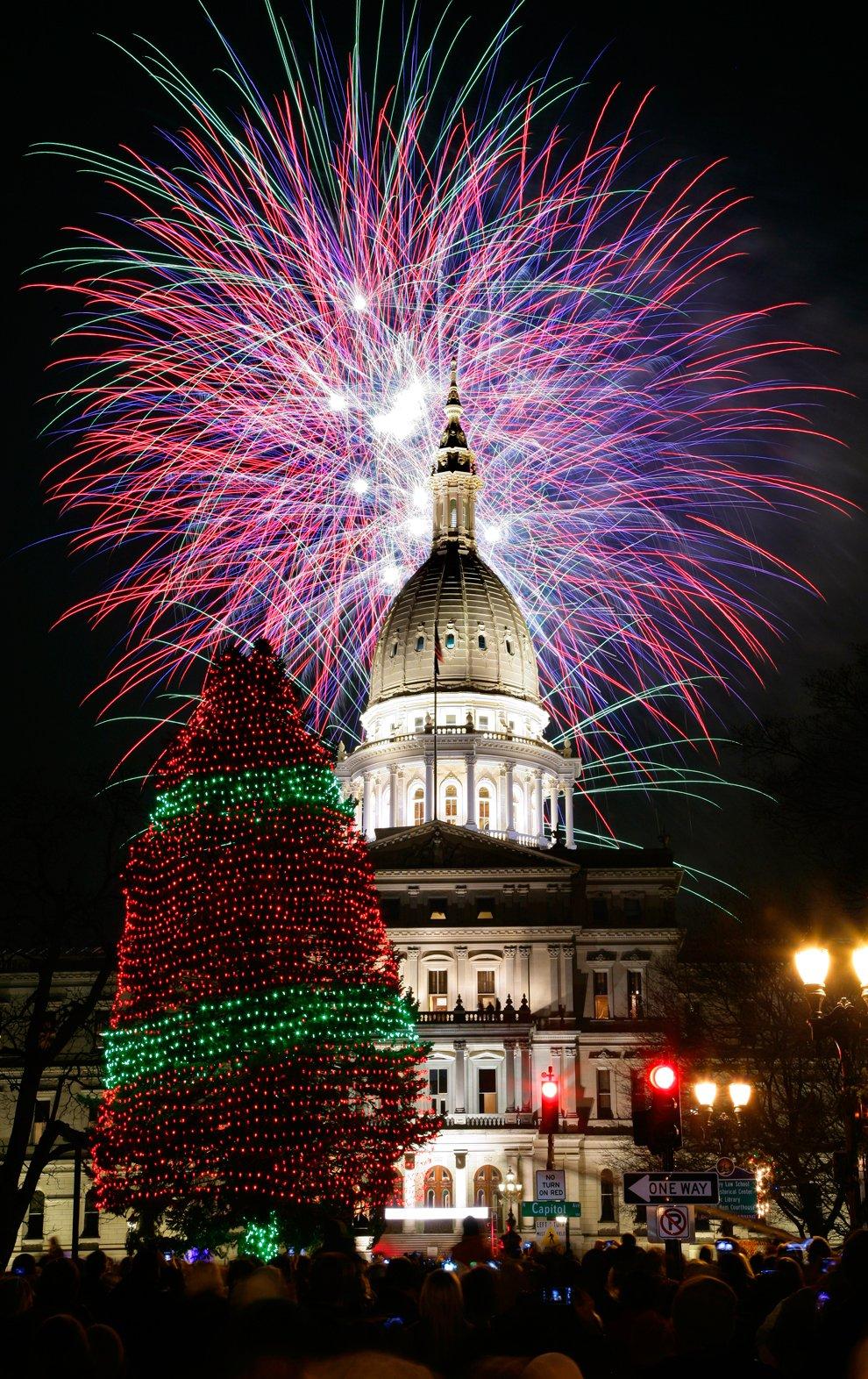Церемония открытия установки Новогодней елки у Капитолия в городе Лансинг, штат Мичиган