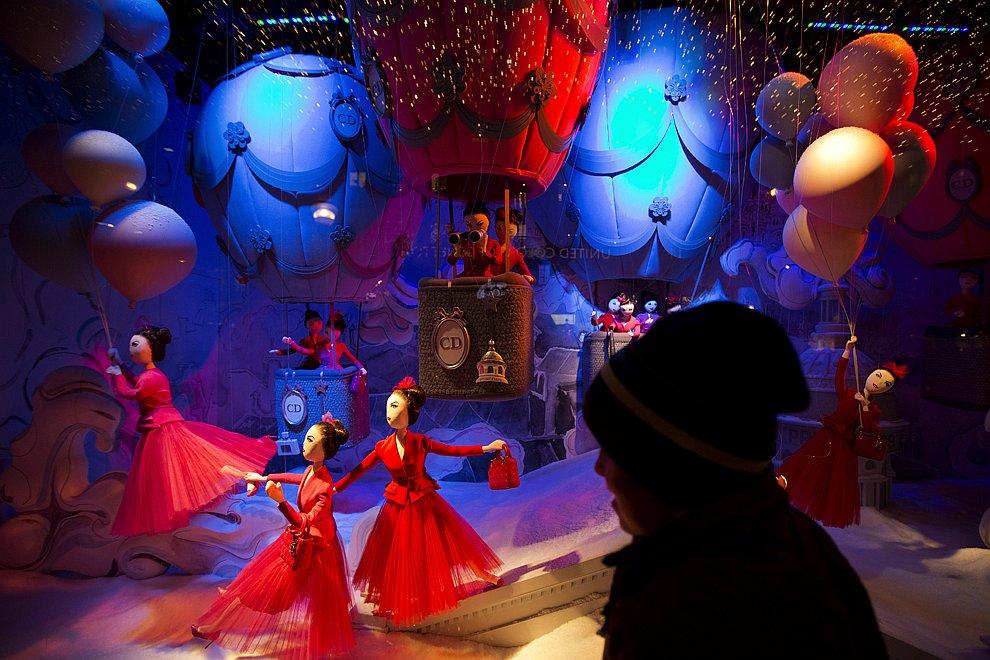 Новогодняя витрина магазина в Париже