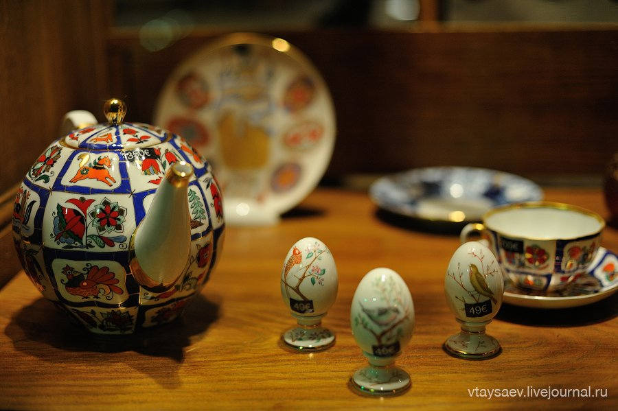 Decorative kettle and eggs
