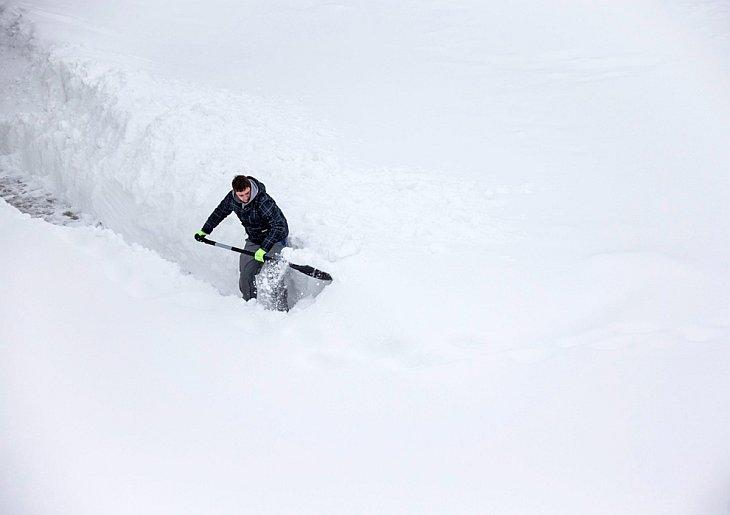 Сильный снегопад в Германии стал причиной экстремальной ситуации на дорогах и не только