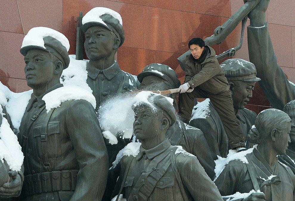 Очистка от снега анти-японских революционных бойцов в Пхеньяне