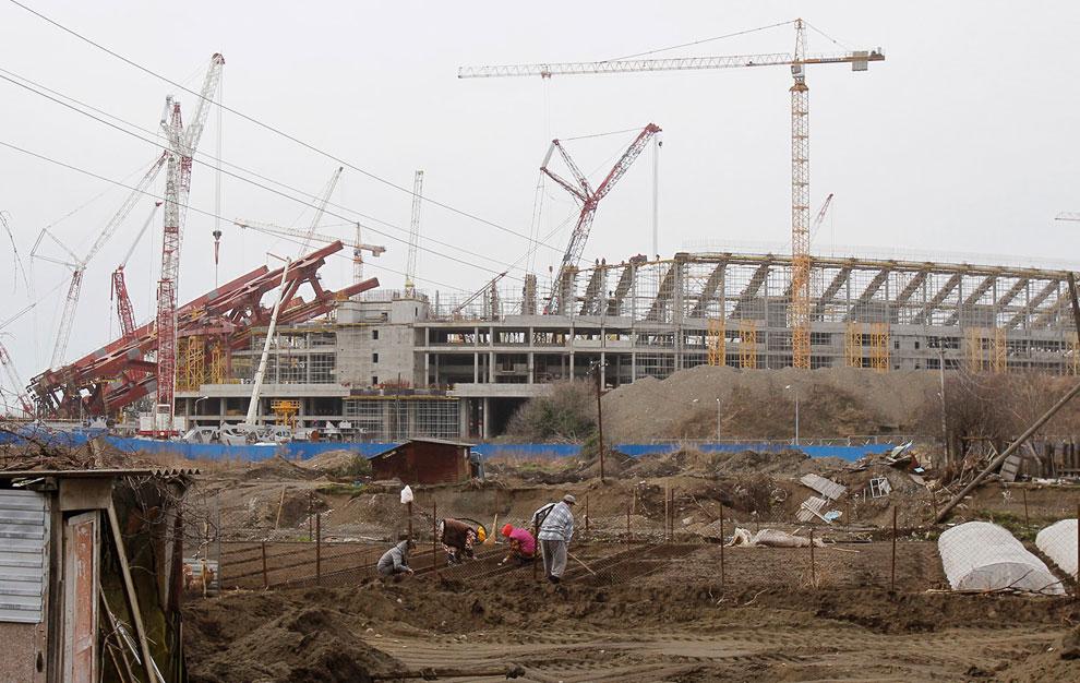 Дачники на своем участке рядом со стойкой Олимпийского парка в Имеретинской низменности