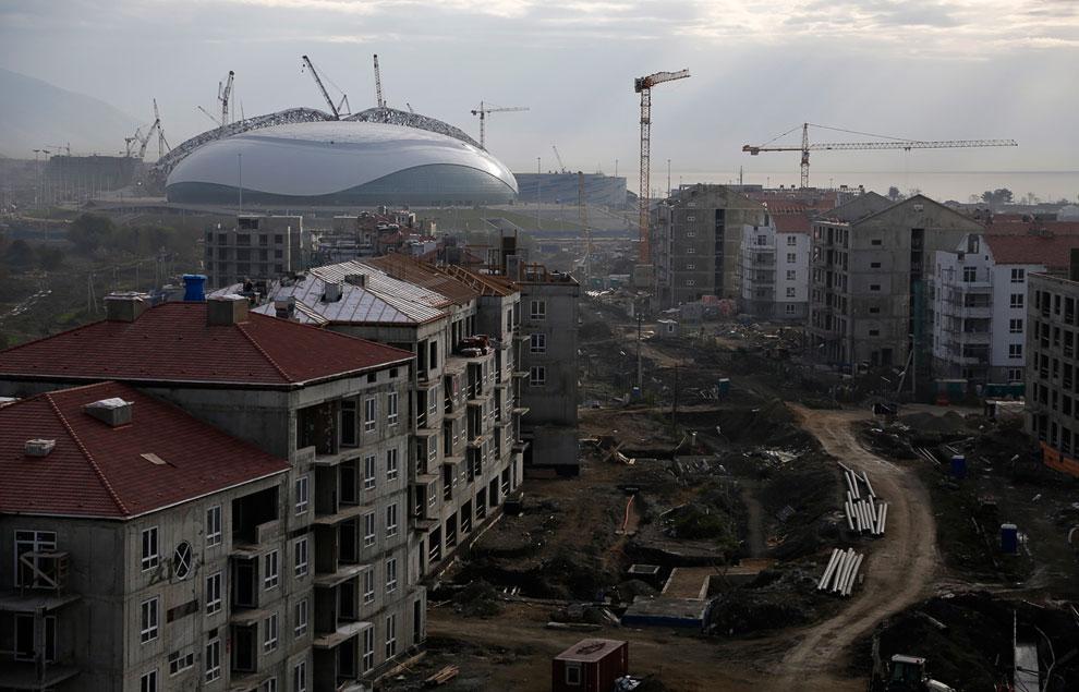 Рядом строятся жилые кварталы на фоне Большого Ледового дворца «Большой».