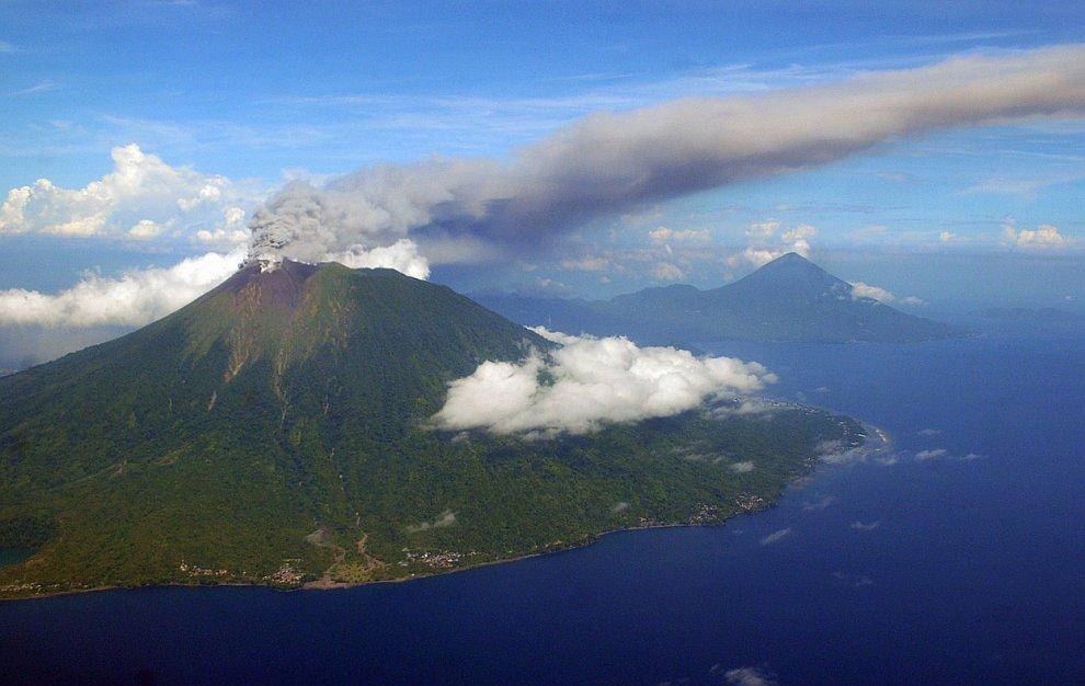 16 ноября 2012 в восточной части Индонезии началось извержение вулкана Гамалама