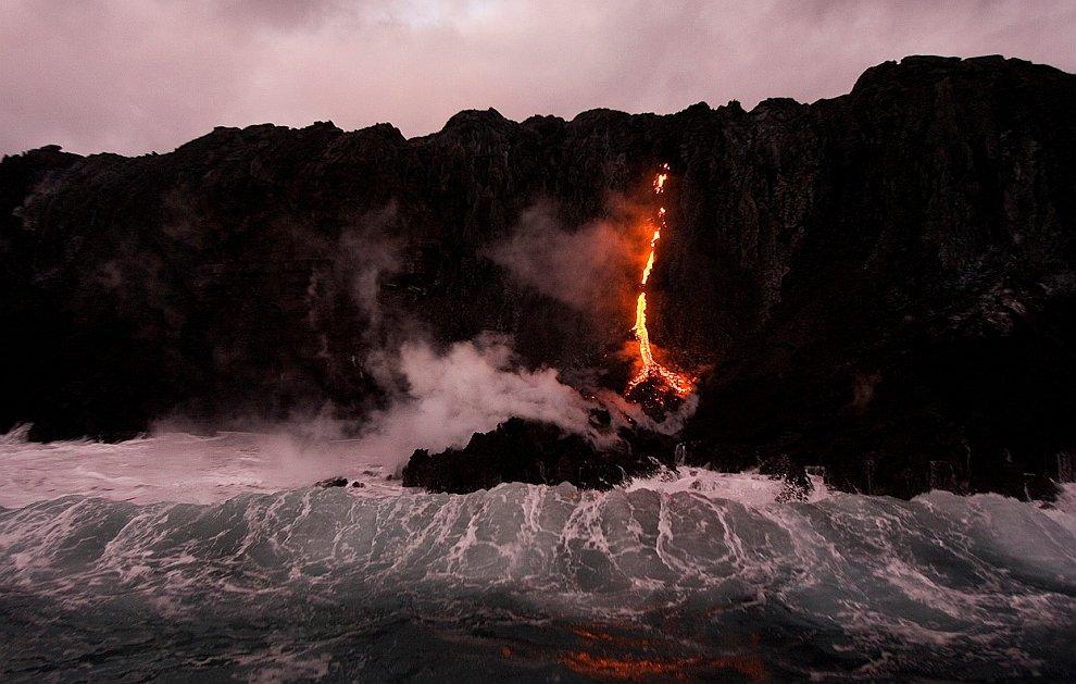 Потоки лавы изливаются в Тихий океан