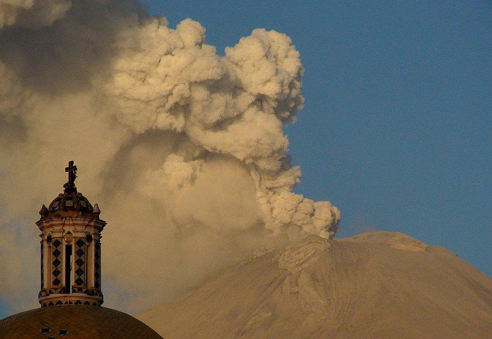 Еще одна фотография извержения вулкана Попокатепетль в Мексике