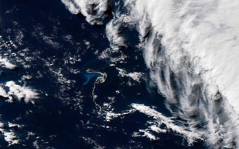 Спутниковая фотография извергающегося подводного вулкана Гавр