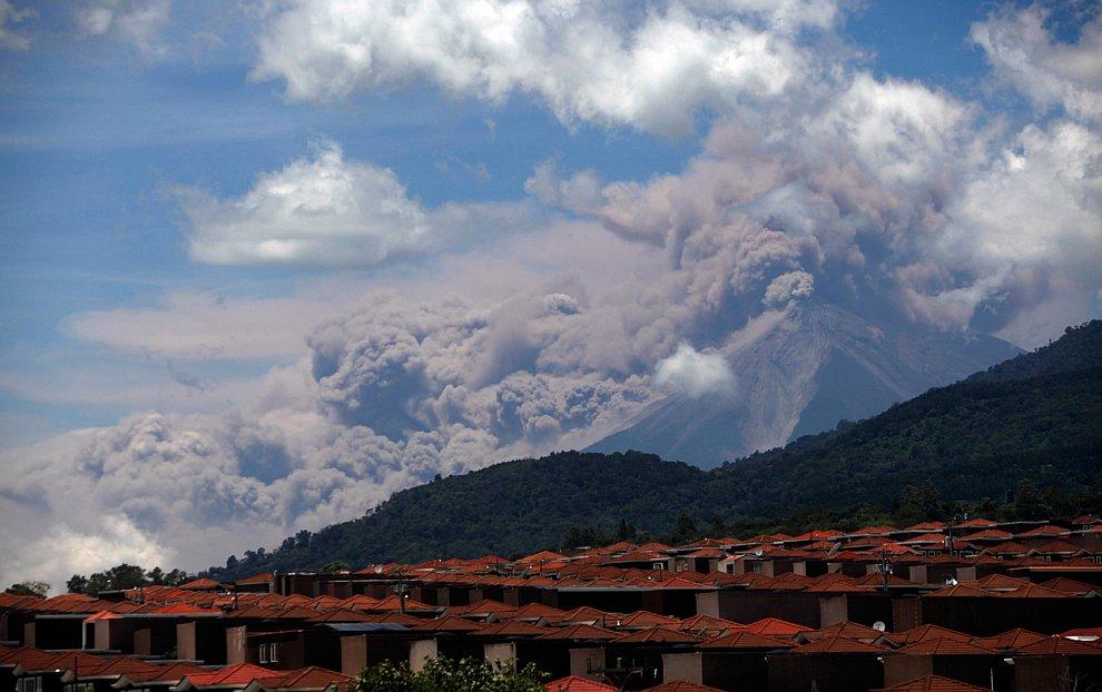 Фуэго (исп. вулкан огня) — стратовулкан в западной части Гватемалы