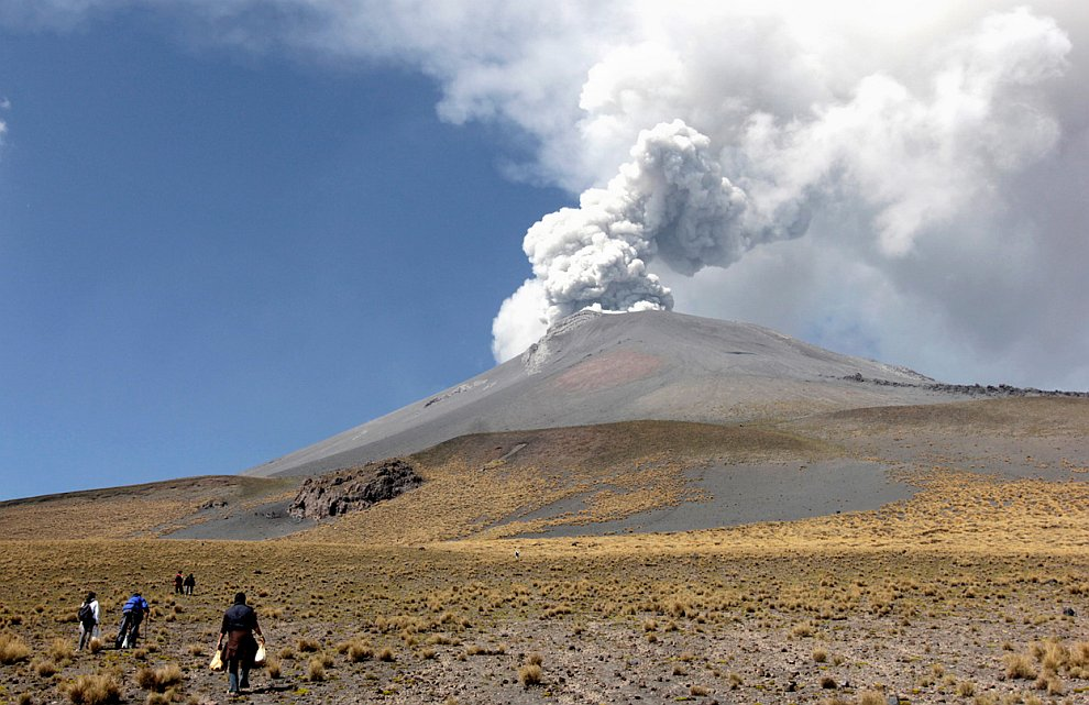 Мексиканцы и вулкан Попокатепетль