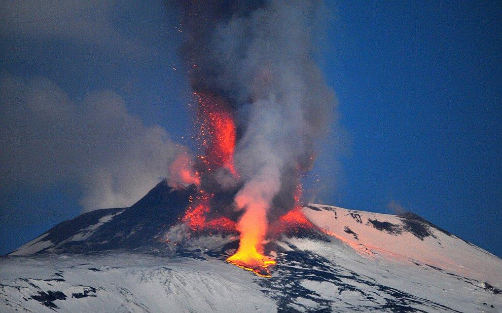 Потоки лавы из кратера гигантского вулкана Этна