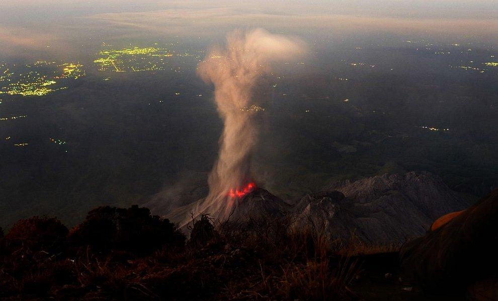 Закончим мы фотографией вулкана Сантьягуито в Гватемале