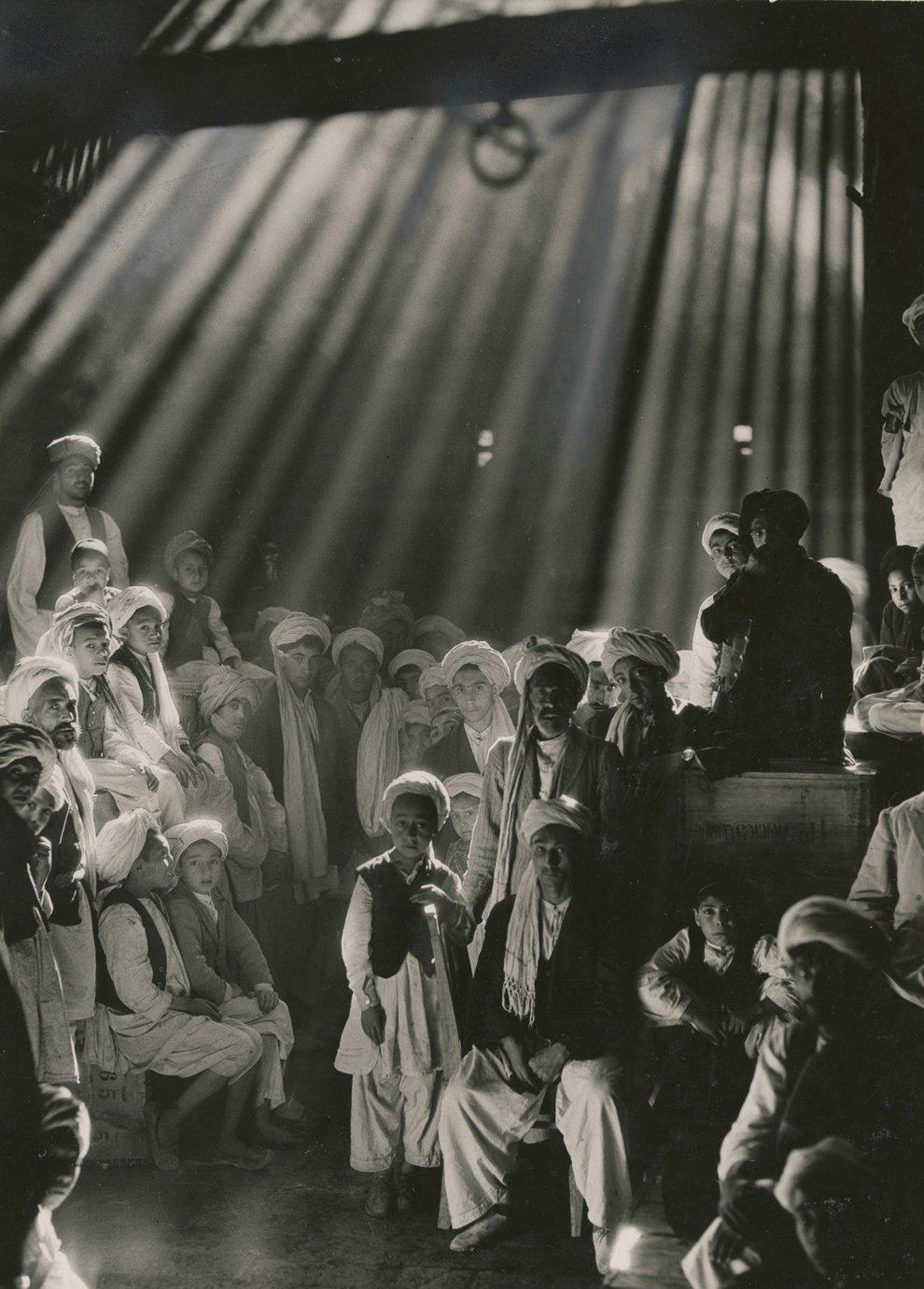 Легендарный фотокорреспондент журнала Мейнард Оуэн Уильямс снял эту фотографию на базаре в  Герате, Афганистан