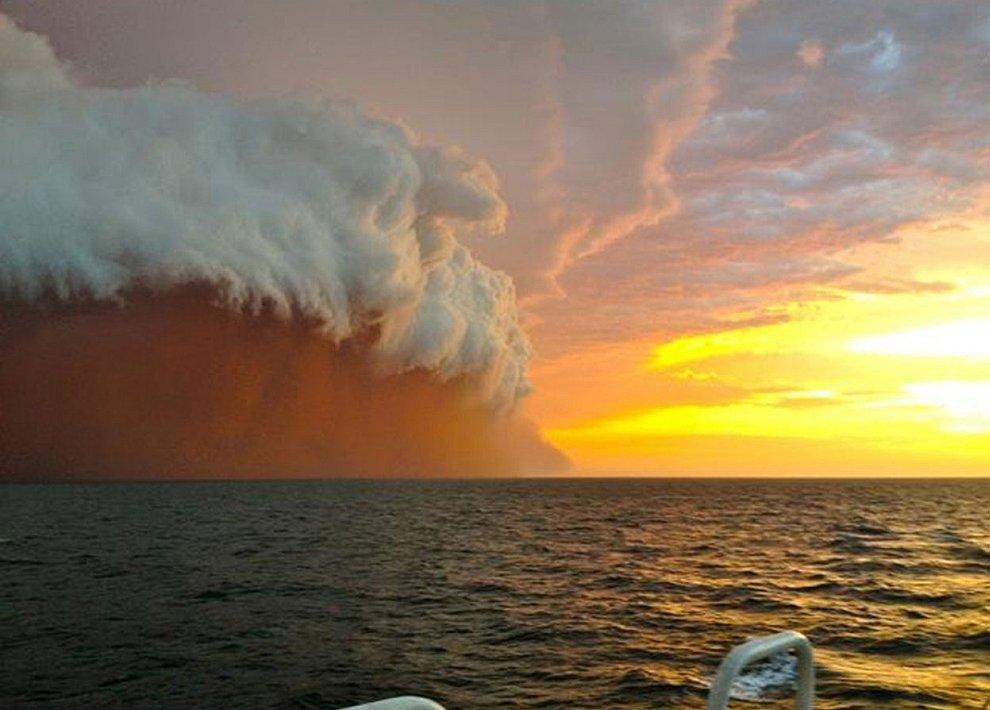 Огромную стены из пыли и песка увидели жители города Онслоу на западном побережье Австралии